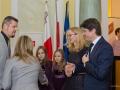 Ambasador Malty z rodziną wita zaproszonych gości