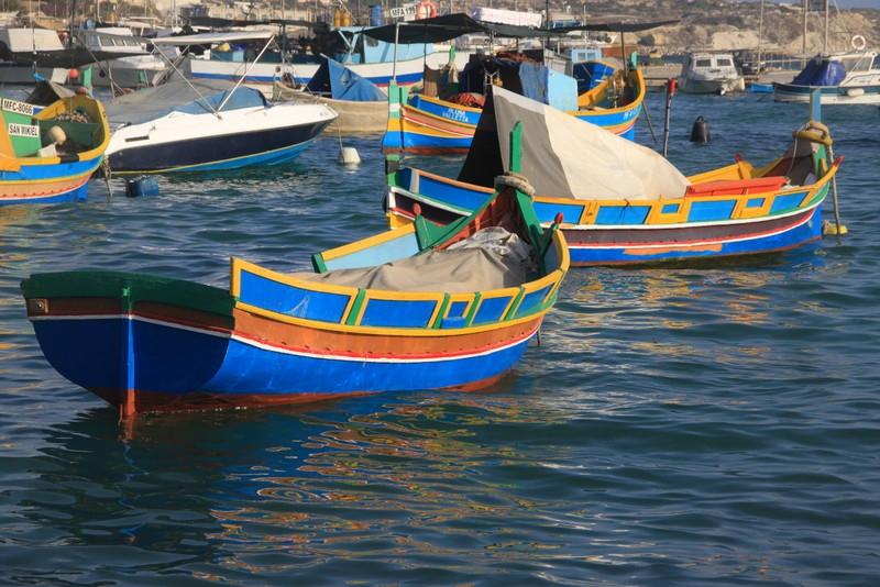 Kolorowe łodzie luzzu w Marsaxlokk